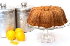 Bolo da libra do limão isolado Fotografia de Stock