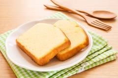 Bolo da manteiga cortado na placa Imagens de Stock Royalty Free