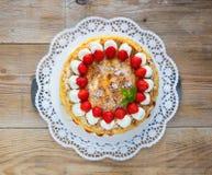 Bolo da merengue com o iogurte da morango na madeira rústica Imagem de Stock Royalty Free