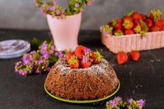 Bolo da morango e flores, cesta com morangos frescas imagens de stock
