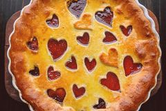 Bolo da morango para o dia do ` s do Valentim com corações em uma parte traseira de madeira Imagem de Stock
