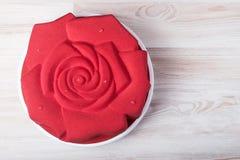 Bolo da musse coberto com o veludo vermelho do chocolate Fotos de Stock