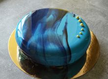 Bolo da musse com o esmalte azul do espelho Imagem de Stock Royalty Free