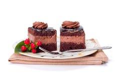 Bolo da musse da camada de dois chocolates na placa imagem de stock royalty free