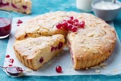 Bolo da am?ndoa e da baga, gald?ria de Bakewell Pastelaria brit?nica tradicional Fundo para um cart?o do convite ou umas felicita fotografia de stock