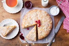 Bolo da am?ndoa e da framboesa, gald?ria de Bakewell Pastelaria brit?nica tradicional Vista superior fotos de stock