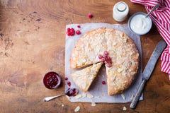 Bolo da am?ndoa e da framboesa, gald?ria de Bakewell Pastelaria brit?nica tradicional Vista superior Copie o espa?o Fundo de made imagens de stock