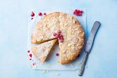 Bolo da am?ndoa e da framboesa, gald?ria de Bakewell Pastelaria brit?nica tradicional Vista superior Copie o espa?o Fundo para um fotografia de stock