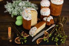 Bolo da Páscoa e ovos coloridos em uma tabela de madeira Imagem de Stock