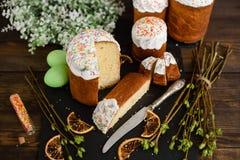 Bolo da Páscoa e ovos coloridos em uma tabela de madeira Foto de Stock