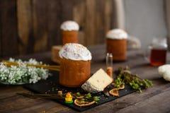 Bolo da Páscoa e ovos coloridos em uma tabela de madeira Imagem de Stock Royalty Free