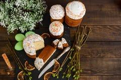 Bolo da Páscoa e ovos coloridos em uma tabela de madeira Fotografia de Stock Royalty Free