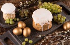 Bolo da Páscoa e ovos coloridos na tabela festiva da Páscoa Os ovos dourados e a Páscoa tradicional endurecem em um fundo de made Imagem de Stock Royalty Free