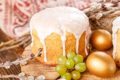Bolo da Páscoa e ovos coloridos na tabela festiva da Páscoa Os ovos dourados e a Páscoa tradicional endurecem em um fundo de made Imagens de Stock