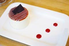 Bolo da sobremesa com cereja e chocolate Imagem de Stock