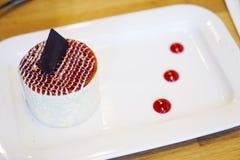 Bolo da sobremesa com cereja e chocolate Fotos de Stock
