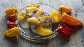 Bolo da sobremesa com pêssegos e pimenta Foto de Stock Royalty Free