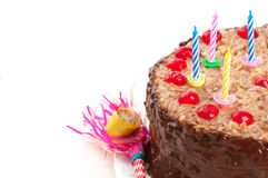 Bolo de aniversário alemão do chocolate com velas e chifre do partido do vintage Imagens de Stock Royalty Free