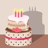 Bolo de aniversário com creme da morango Imagens de Stock