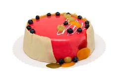 Bolo de aniversário com crosta de gelo vermelha e berrys isolados sobre o branco imagens de stock