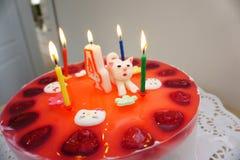 Bolo de aniversário com o gato na tabela Fotos de Stock Royalty Free
