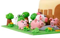 Bolo de aniversário com os animais do maçapão da exploração agrícola Fotos de Stock