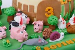 Bolo de aniversário com os animais do maçapão da exploração agrícola Foto de Stock Royalty Free