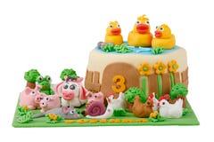 Bolo de aniversário com os animais do maçapão da exploração agrícola Imagem de Stock
