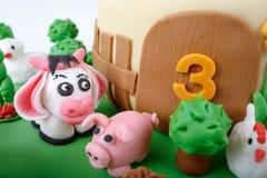 Bolo de aniversário com os animais do maçapão da exploração agrícola Imagens de Stock