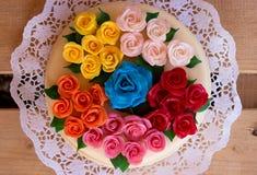 Bolo de aniversário com rosas do maçapão Fotografia de Stock Royalty Free