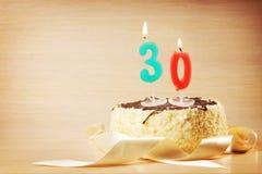 Bolo de aniversário com vela ardente como um número trinta Fotografia de Stock Royalty Free
