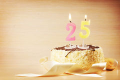 Bolo de aniversário com vela ardente como um número vinte cinco Fotografia de Stock