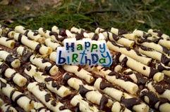 Bolo de aniversário com velas ardentes Fotos de Stock