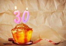 Bolo de aniversário com velas ardentes como o número trinta Fotos de Stock
