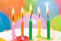 bolo de aniversário com velas coloridas. Fotos de Stock
