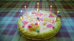 Bolo de aniversário com velas e folhas imagens de stock royalty free