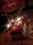 Bolo de aniversário com velas felizes Fotografia de Stock Royalty Free