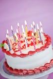 Bolo de aniversário com velas iluminadas Imagens de Stock