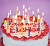 Bolo de aniversário com velas iluminadas fotos de stock