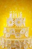 Bolo de aniversário da margarida foto de stock