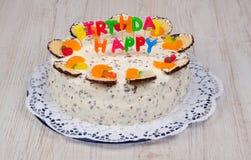 Bolo de aniversário delicioso com velas fotos de stock royalty free
