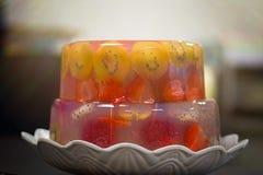 Bolo de aniversário delicioso, cozido do aniversário com frutos, morangos, mirtilos, cerejas, quivi, fruto do dragão, geleia verm Imagens de Stock