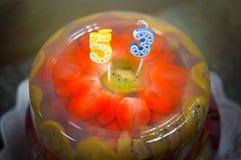 Bolo de aniversário delicioso, cozido do aniversário com frutos, morangos, mirtilos, cerejas, quivi, fruto do dragão, geleia verm Fotos de Stock Royalty Free