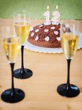 Bolo de aniversário do chocolate com velas iluminadas Fotos de Stock