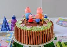 Bolo de aniversário do chocolate da família do porco de Peppa imagem de stock