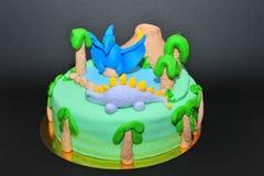 Bolo de aniversário do tema dos dinossauros Imagens de Stock
