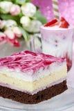 Bolo de camada com crosta de gelo cor-de-rosa Copo do milk shake da morango Fotografia de Stock