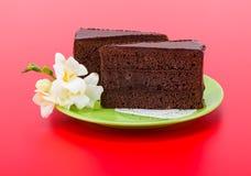 Bolo de camada do chocolate fotografia de stock royalty free