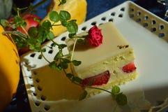 Bolo de camada do creme da morango da sobremesa do fruto foto de stock royalty free