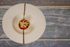 Bolo de caranguejo em Grey Table Fotografia de Stock Royalty Free